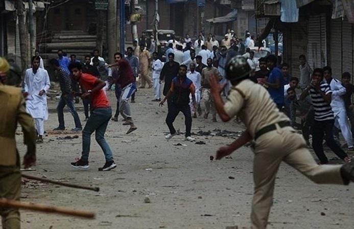 تظاهرات کشمیری ها ضمن شکستن حکومت نظامی علیه هند