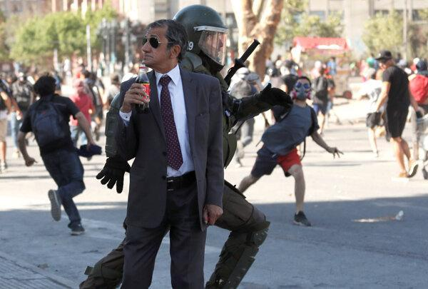 عکس روز: نوشیدن نوشابه در میان شورش