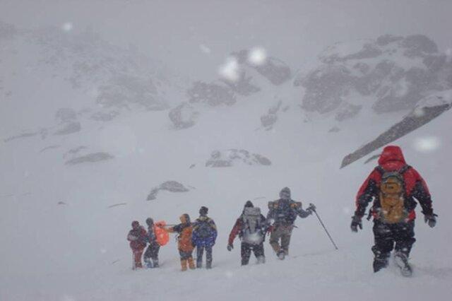 نجات 4 نفر گرفتار در برف و کولاک کوه های سهند