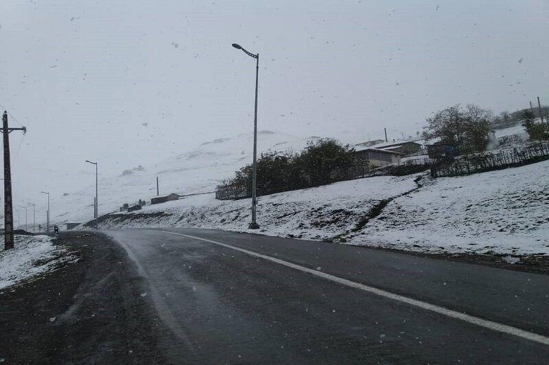 خبرنگاران بارش پراکنده برف در محورهای کوهستانی تالش