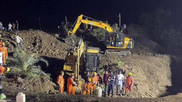 برای نجات یک نفر، 30 هندی به چاه افتادند!